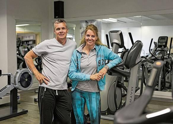 Chanthu Roos freut sich riesig über die Wiedereröffnung. «Nun müssen wir uns alle gemeinsam an den Abstand halten, damit es funktioniert», sagt sie. Das Zählsystem gehört zu den Massnahmen, die die Inhaber getroffen haben. Maximal 30 Personen dürfen gleichzeitig hinein. Anita Räss desinfiziert eines der Trainingsgeräte, ehe sie sich dransetzt. Während des Shutdowns hat sie alleine im Estrich trainiert. Seit zehn Jahren führen sie das Fitnessstudio gemeinsam: Roland und Sandra Bosker im «Fitness Aarau West in Oberentfelden.