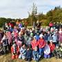 Am Schluss versammelten sich alle Kinder mit den Lehrpersonen und Behördenmitgliedern vor der frisch gepflanzten Linde