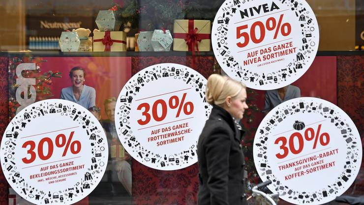 Wo gibt es noch etwas mehr Rabatt? Am Black Friday kommt es bei den Detailhändlern zu regelrechten Rabatt-Schlachten.