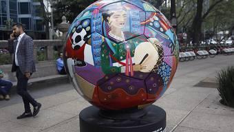 """Die europäischen Ligen wünschen kein grösseres Teilnehmerfeld der WM-Endrunde für Katar 2022. Im Bild ein """"Symbol-Ball"""" der kommenden WM-Endrunde (""""Ball Parade Russia 2018"""")."""