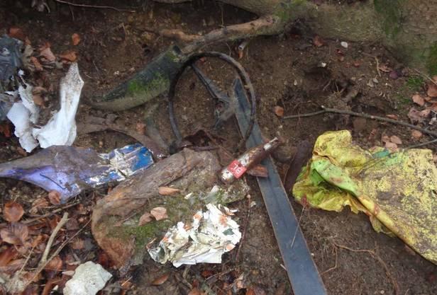 Der Abfall-Sammler entdeckte unschönes Material, unter anderem dieses Lenkrad...