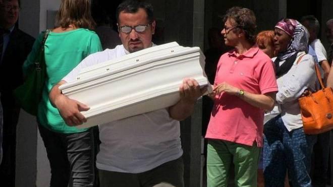 Omar Jneid trägt sein tot geborenes Kind zu Grabe.  Foto: SRF