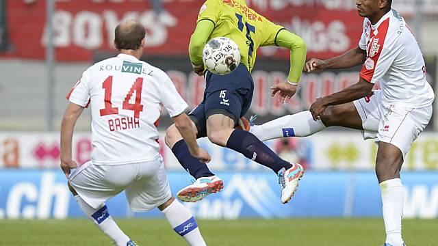 Thuns Torschütze Marco Schneuwly zwischen zwei Sittener Spielern