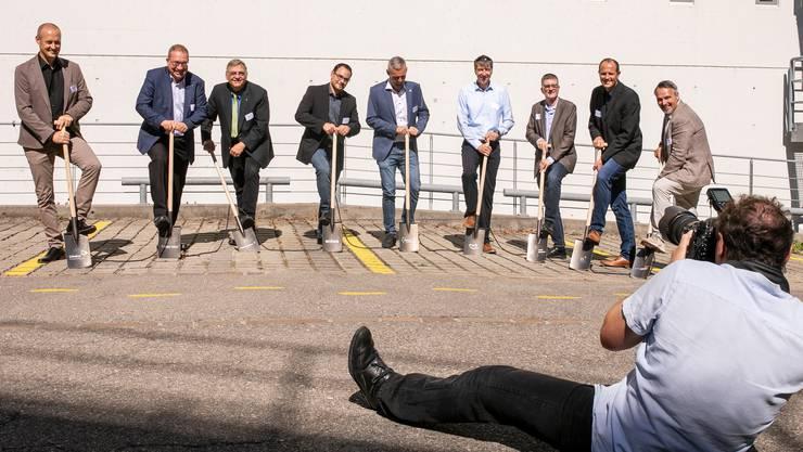 Der Spatenstich zeigt, dass viele das Projekt mittragen: Thomas Di Lorenzo (Leiter Abwasserwirtschaft Limeco), Markus Blättler (SWL Energie AG), Lucas Neff (Stadtrat Dietikon), Stefan Hausammann (Eniwa AG),  Ernst Uhler (Energie Zürichsee Linth AG), Martin Schaub (Energie Wasser Bern), Andreas Kriesi (Stadtrat Schlieren), Peter Heim (Industrielle Betriebe Interlaken) und Thomas Peyer (Swisspower AG).