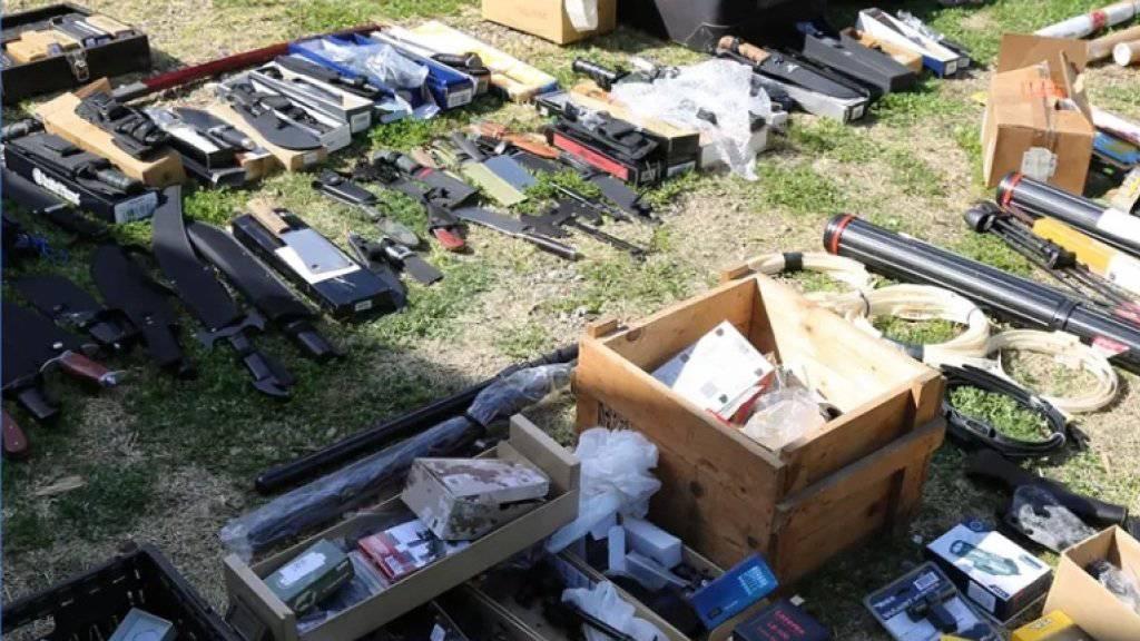 Die Polizei in Sydney stiess auf ein grosses Waffenarsenal aus Gewehren, Pistolen, Armbrüsten, Messern, Schwertern und mehr als 2000 Schuss Munition in einem Haus im Westen der Stadt.
