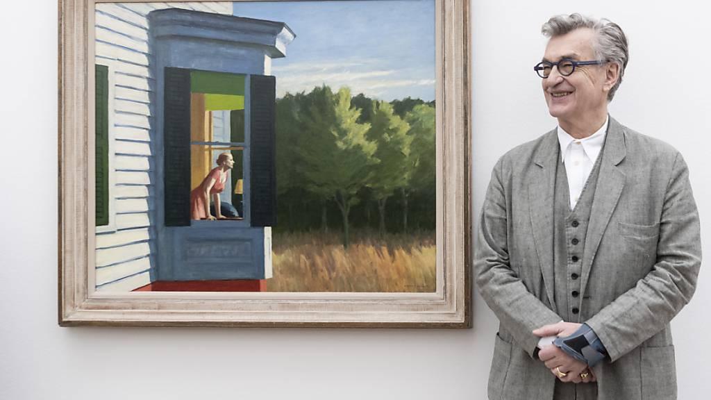 Der deutsche Regisseur und Fotograf Wim Wenders verleiht in einem 3D-Kurzfilm Edward Hoppers Bildern visuellen Nachhall. Hier zeigt er sich neben Hoppers Gemälde «Cape Cod Morning» in der Fondation Beyeler.
