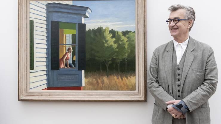 """Der deutsche Regisseur und Fotograf Wim Wenders verleiht in einem 3D-Kurzfilm Edward Hoppers Bildern visuellen Nachhall. Hier zeigt er sich neben Hoppers Gemälde """"Cape Cod Morning"""" in der Fondation Beyeler."""