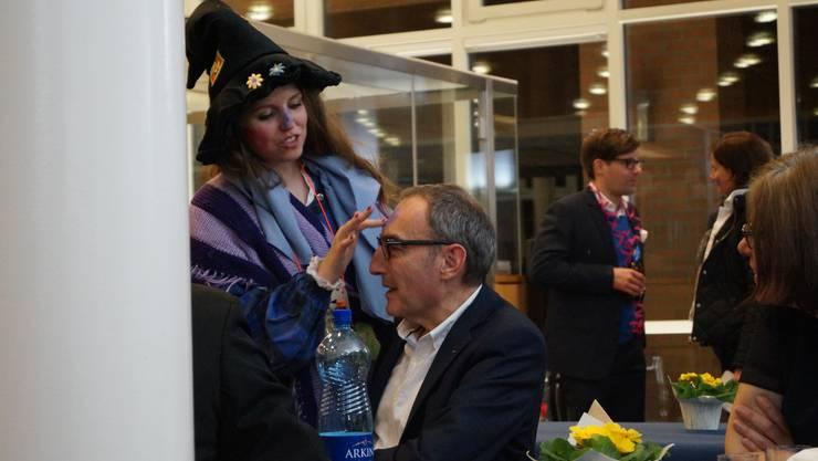 Dietikons Finanzvorstand Rolf Schaeren (CVP) wird von Parteikollegin Cécile Mounoud geschminkt