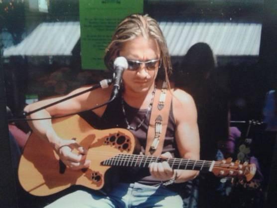 Immer mit dabei auch auch der Turgemer Gitarrist Levi BO, der als Primarschüler mit seinem Schulthek jeden Tag am Blumengeschäft vorbei lief.