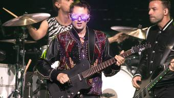 Eine Show im Zeichen der 80er Jahre: Die britische Rockband Muse um Frontmann Matt Bellamy (Mitte) begeisterte im Zürcher Hallenstadion trotz langatmigen Zwischenspielen. (Owen Sweeney/Invision/AP)