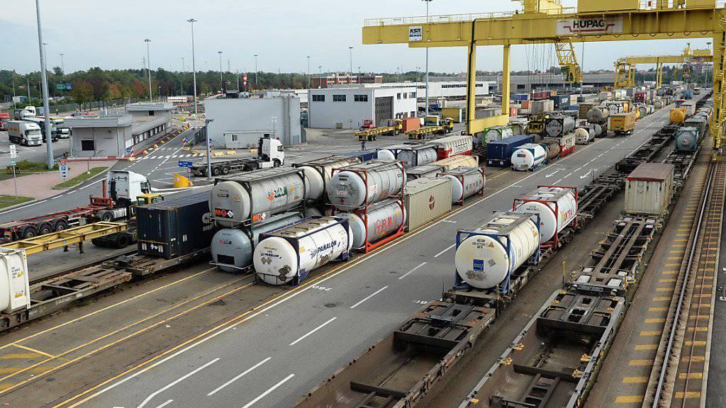Immer mehr Güter werden auf die Schiene verladen - wie hier bei der Schweizer Firma Hupac in Busto Arsizio, Italien. (Archiv)