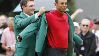 Vorjahressieger Patrick Reed kleidet Tiger Woods in das berühmte Grüne Jackett ein