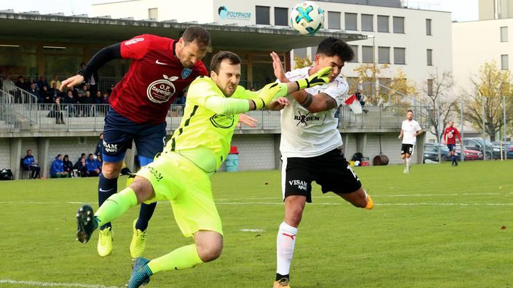 Allschwils Goalie Marco Schmid muss gegen Diego Stöckli retten