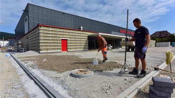Die neue Mehrzweckhalle in Hägendorf befindet sich momentan im Bau. Neben dem Innenausbau liegt nun vor allem im Aussenbereich noch einiges an Arbeit an.