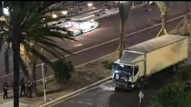 Zeugen-Videos: Lastwagen rast am 14. Juli 2016 an der bei Touristen beliebten Strandpromenade von Nizza zwei Kilometer durch eine Menschenmenge.