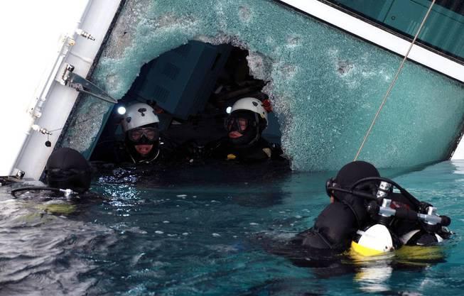 Taucher bei der Costa Concordia