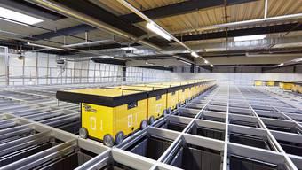 Herrscher über 32 000 Lagerbehälter: 35 Logistikroboter spucken Güter auf Bestellung ruckzuck aus.
