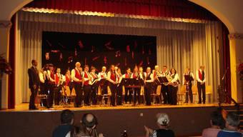 Die Musikantinnen und Musikanten erheben sich zum Applaus.