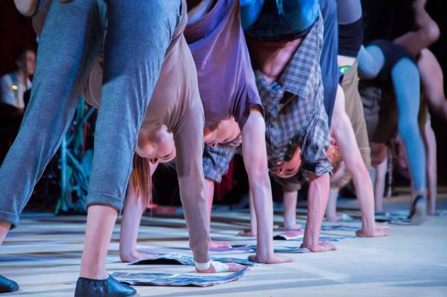 Impressionen von der Premiere des Cirque Jeunesse ARABAS: Die graue Masse am Zeitunglesen.