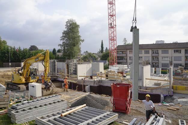 Das erste von vier neuen Mehrfamilienhäusern der Wohnbaugenossenschaft Goldern ist am Entstehen. Insgesamt gibt es 60 neue Wohnungen.