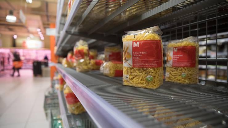 Aufgrund der Ausbreitung des Corona-Virus werden vermehrt Teigwaren und andere haltbare Lebensmittel gekauft.