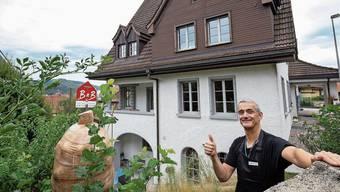 Der ausgebildete Koch Reto Derungs vor seinem Bed and Breakfast-Betrieb an der Felsenstrasse in Olten.