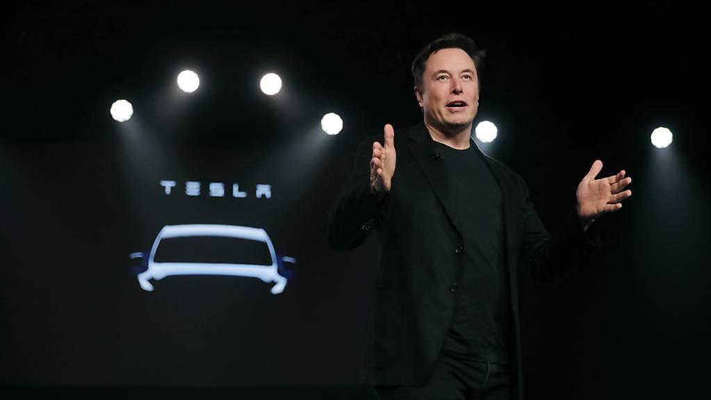 Elon Musk ist neu der «Technoking of Tesla». Der Besitzer des Elektroauto-Herstellers krönte zudem Finanzchef Zack Kirkhorn zum «Master of Coin».(Archivbild)