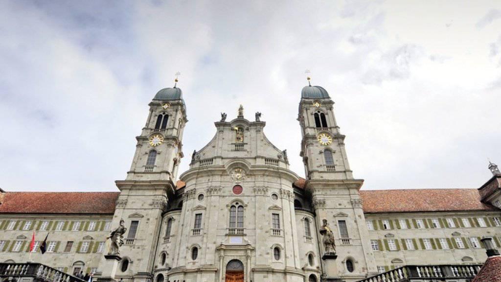 Die 60 Meter hohen Kirchtürme in Einsiedeln SZ und gewisse Stellen im Kirchenschiff wären im Brandfall schwer zu erreichen. (Archiv)