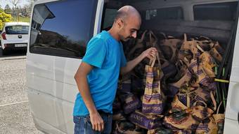 Rahim Mohammadzadeh beim Einladen der Päckli in den Lieferwagen