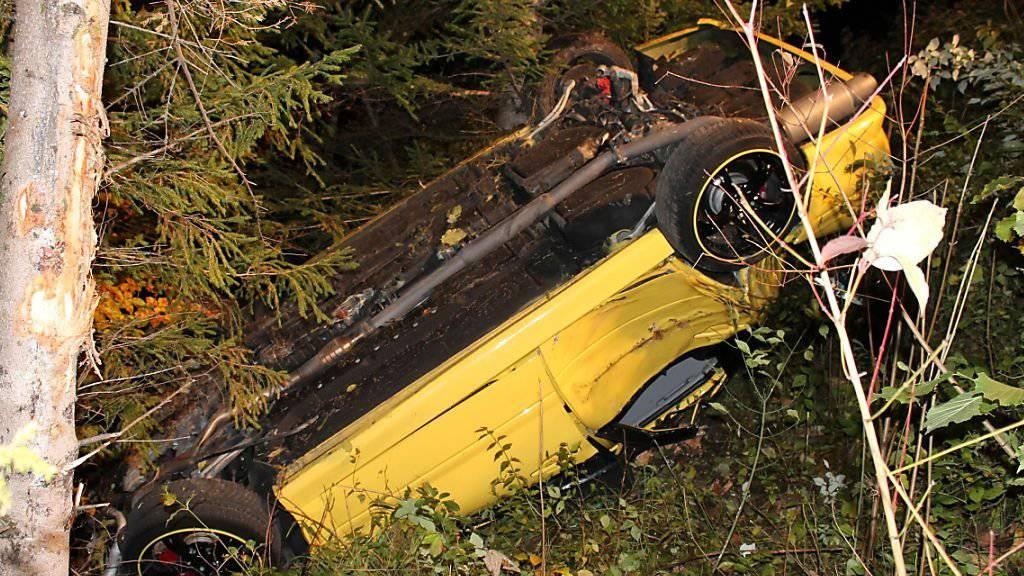 Das Auto wurde beim Sturz in einen bewaldeten Abhang total demoliert. Die vier Insassen konnten sich selber aus dem Wrack befreien.