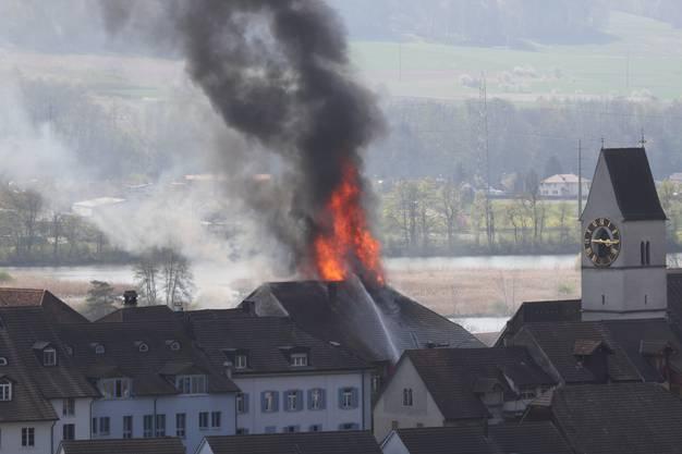 Das Feuer war weitherum sichtbar.