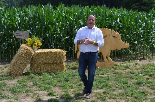 Regierungsrat Markus Dieth besucht in Wettingen die dritte Ausgabe des Maislabyrinths und hält eine Ansprache.