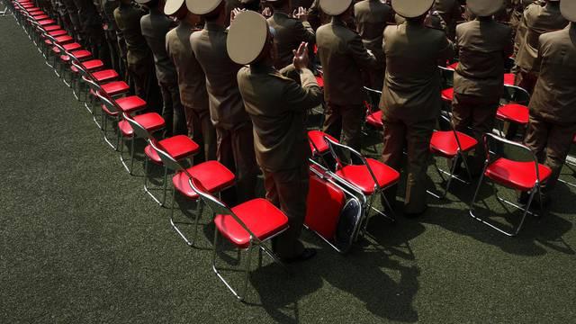 Soldaten erheben sich an dem Massentreffen zu Ehren der Kim-Familie