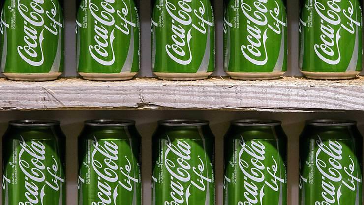 Der Getränkeriese Coca-Cola hat im dritten Quartal den Gewinn markant gesteigert. Die Umstellung auf Smoothies, Säfte, Tees und kalorienreduzierte Getränke zahlt sich aus. (Archiv)