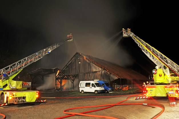 Das erste Holzgebäude brannte vollständig aus, das zweite wurde durch das Feuer stark beschädigt.