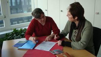 Barbara Aerni-Kopp (links) und Jocelyne Koolen während eines Beratungsgesprächs. zvg