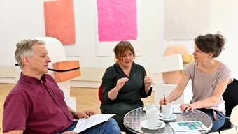 Dorothee Messmer (Bildmitte), Katja Herlach (beide Kuratorinnen) und Markus Dietler (Stadtschreiber) erklären, warum die geplante Sommerausstellung im Kunstmuseum Olten nicht stattfinden kann.