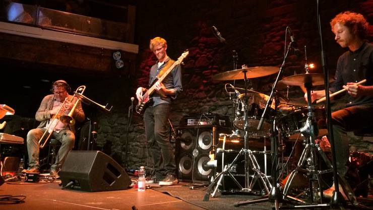 Adrian Mears auf der Bühne.