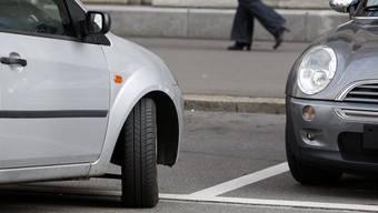 Um die Grundversorgung in der Stadt Zürich weiter aufrecht zu erhalten, hat die Stadtpolizei entschieden für diesen Personenkreis das Parkieren des Autos zu vereinfachen. (Archivbild)