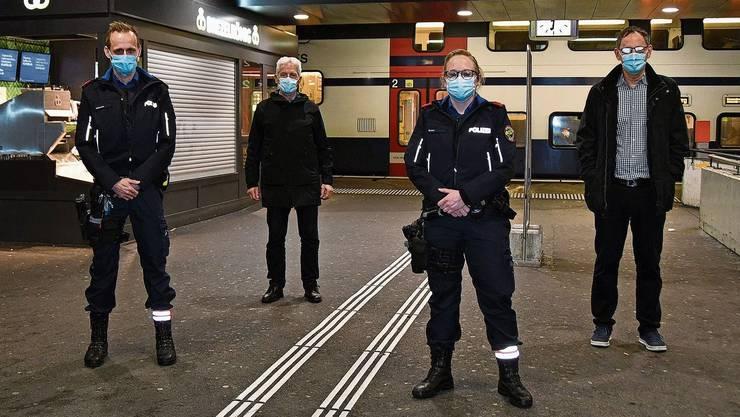 Halt am Bahnhof Dietikon: Dominique Gottschalk, Polizeikommandant Bruno Keller, Charlotte Bucher und Sicherheitsdirektor Mario Fehr.