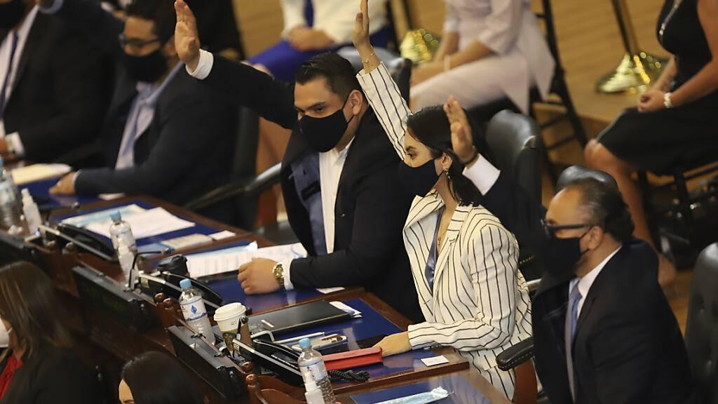 Abgeordnete der Partei «Neue Ideen» stimmen während der Eröffnung des Kongresses ab, was den Beginn einer neuen Ära in der Politik des Landes signalisiert. Foto: Salvador Melendez/AP/dpa