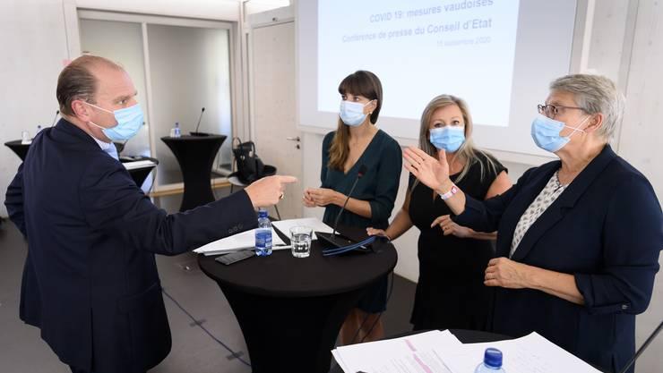 Die Waadtländer Staatsräte (von l. nach r.) Philippe Leuba, Rebecca Ruiz, Nuria Gorrite und Beatrice Metraux vor Medien in Lausanne.