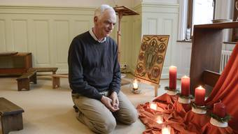Seit drei Monaten lebt Bruder Richard in einem Haus am Klingentalgraben. Hier befindet er sich im Zimmer des Morgengebets.