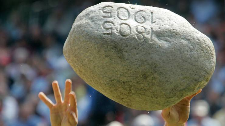 Der Stein des Anstosses: 83,5 Kilogramm fliegen hier durch die Lüfte. Keystone