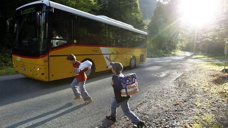 In Schweizer Postautos soll man ab April drahtlos im Internet surfen können