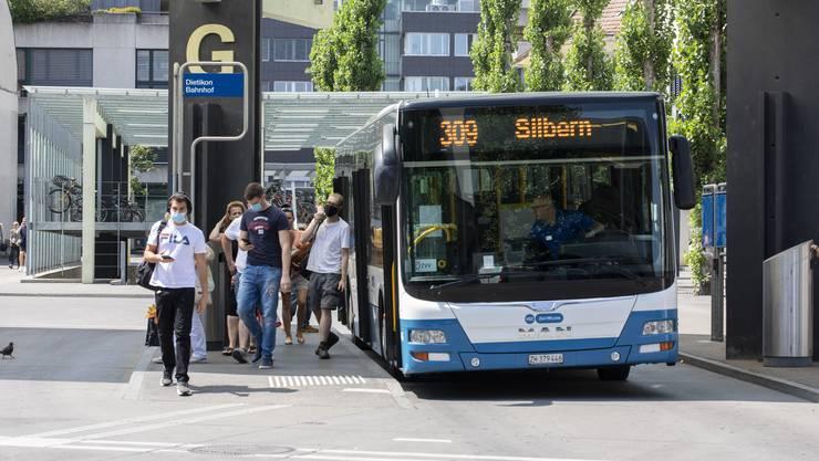 Die allermeisten Reisenden wie diese hier am Bahnhof Dietikon befolgen die Maskenpflicht im öffentlichen Verkehr.