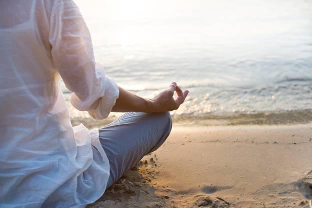 Yogafrau Frau am Strand.jpg