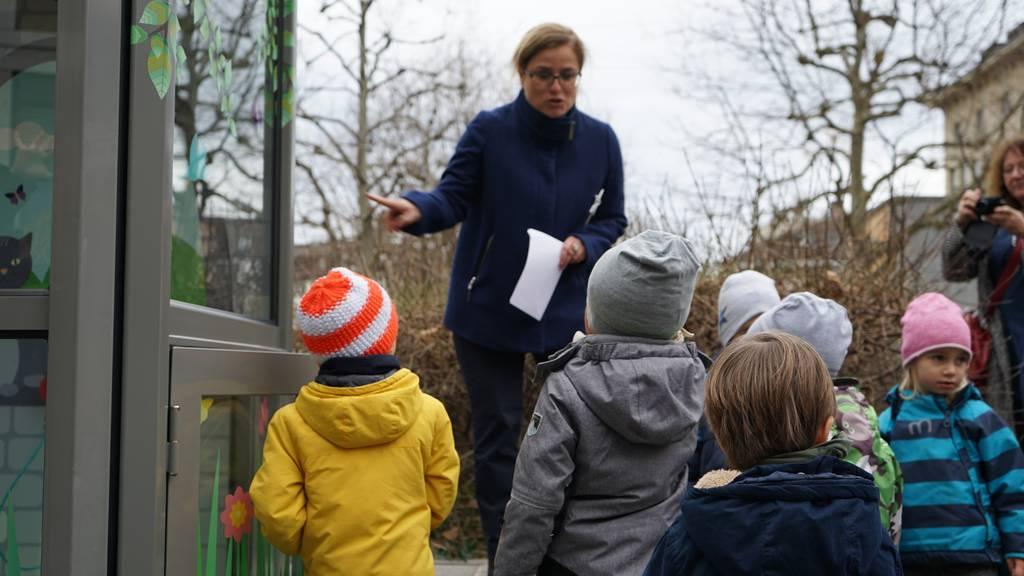 St.Galler Stadträtin Maria Pappa erklärt den Kindern wie die Märlistation funktioniert.