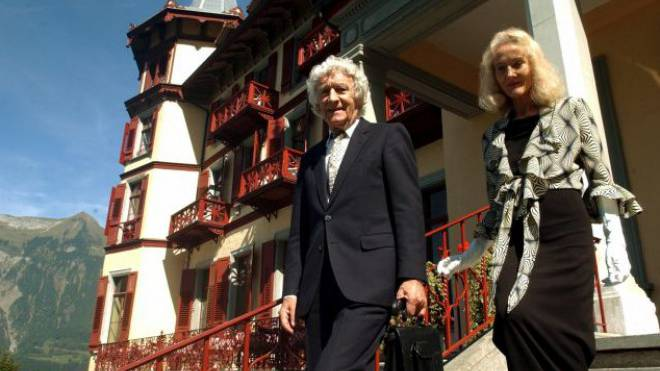Franz und Judith Weber im Jahr 2003 vor dem Grandhotel Giessbach bei Brienz, das sie vor dem Abriss gerettet haben. Foto: Keystone