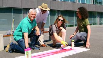 Initianten des Projekts markieren mit Sprays den Kulturplatz beim «Pavillon» (v.l.): Felix Wettstein, Daniel Schneider, Regina Graber und Daniel Kissling von Pro Kultur Olten.